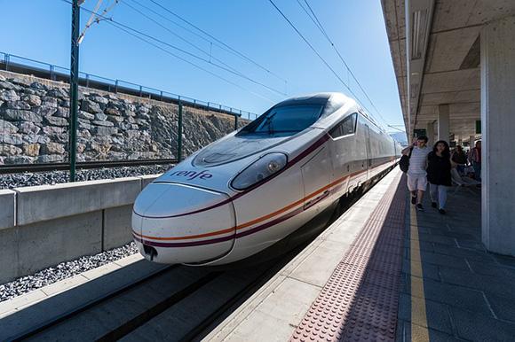 Refuerzos en trenes AVE por el puente de San Isidro 2018